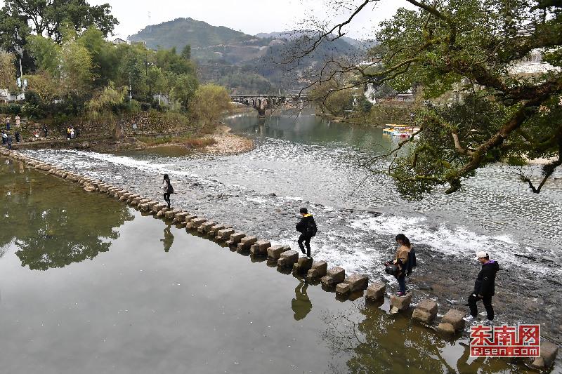 14日,踏青好时节,不少外地游客来到寿宁县犀溪镇西浦千年古村观光游玩。福建日报记者 林辉 摄影报道