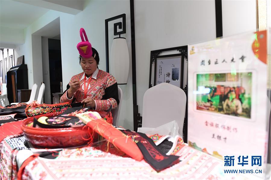4月13日,来自福建罗源县的畲族妇女在闽台匠人技艺和作品展上展现畲族服饰编织。新华社记者 林善传 摄