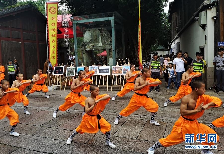 在南后街,地术拳、香店拳等闽台十多个拳种进行展演。新华网 刘丰 摄