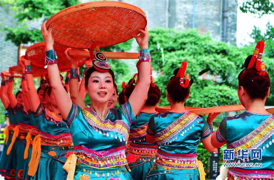 6月8日,闽都舞蹈团演员为观众和游客表演畲族舞蹈《畲乡茶韵》。新华社记者 魏培全 摄