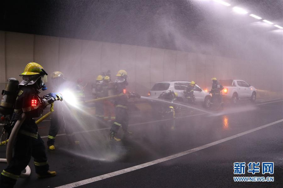福建省厦门市在翔安海底隧道举行灭火救援联合演练,消防、公安、交通、路政等相关部门参加。新华社发(曾德猛 摄)