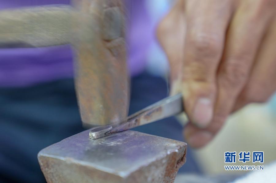 8月7日,上塘银饰特色小镇,工匠展示当地传统打银技艺。新华网 肖和勇 摄