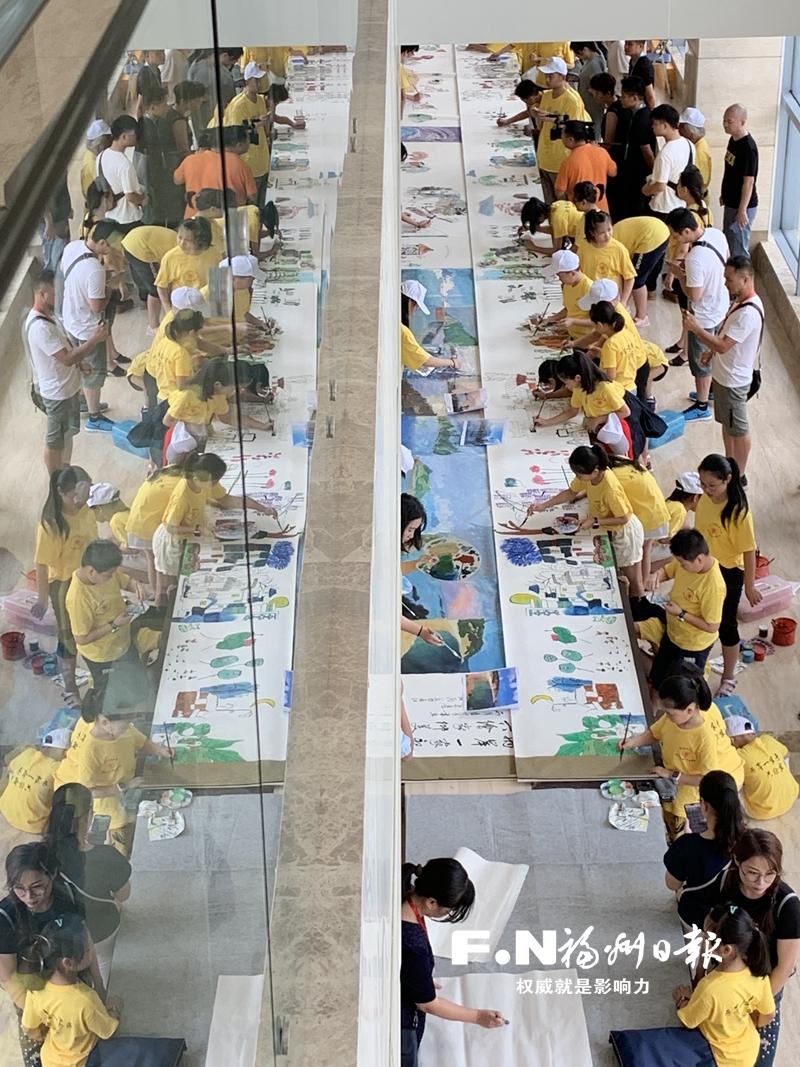 两岸青少年在连江共绘百米长卷。记者 郑帅 摄