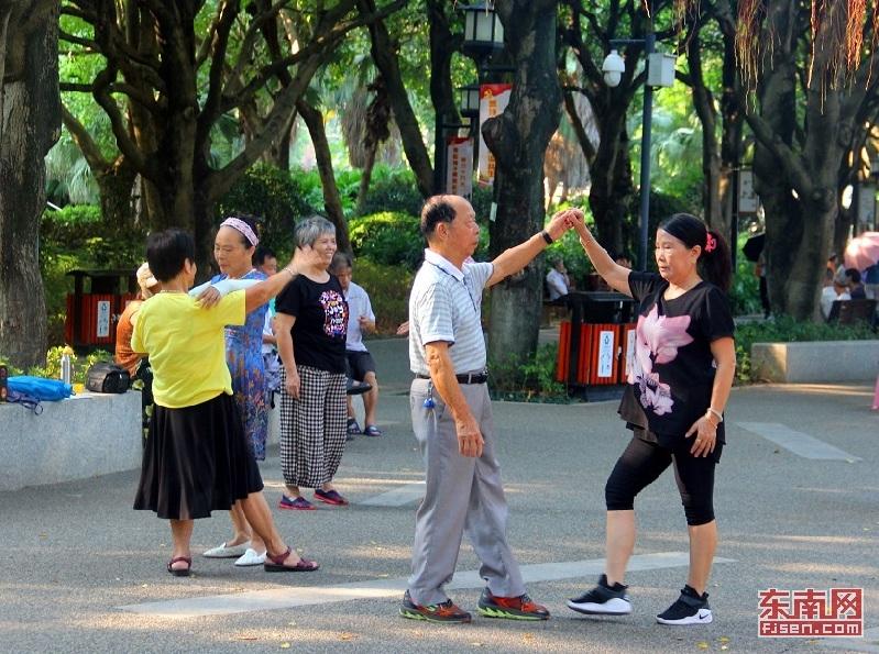 午后的高温难以抵挡人们的闲情逸致。 东南网记者 林歆刚 摄