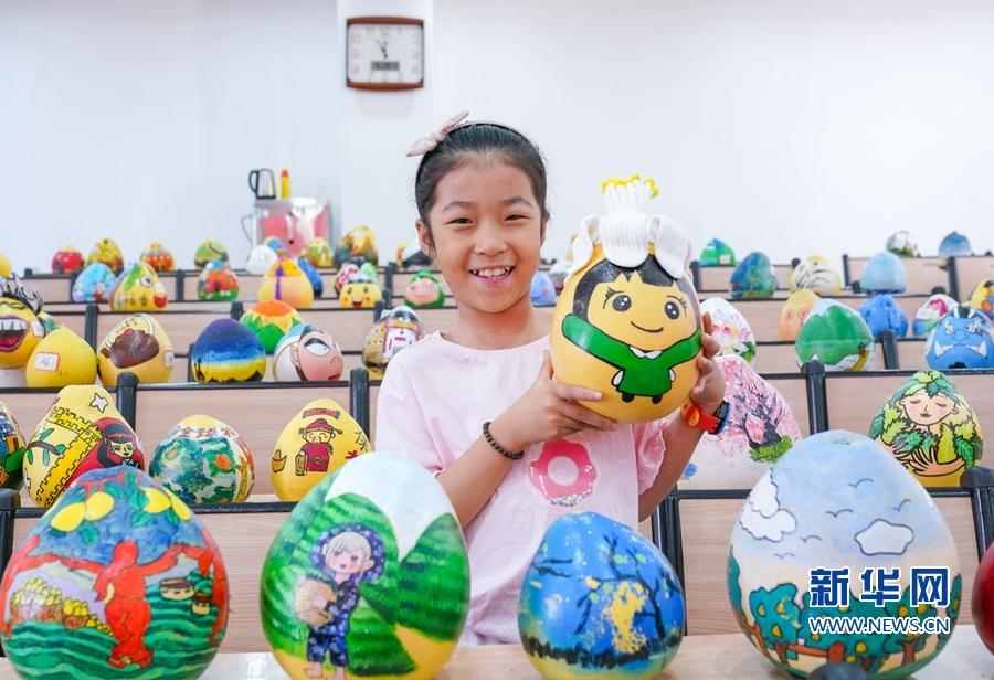 9月28日,平和县第三实验小学,一名学生展示自己的参赛作品。新华网 肖和勇 摄