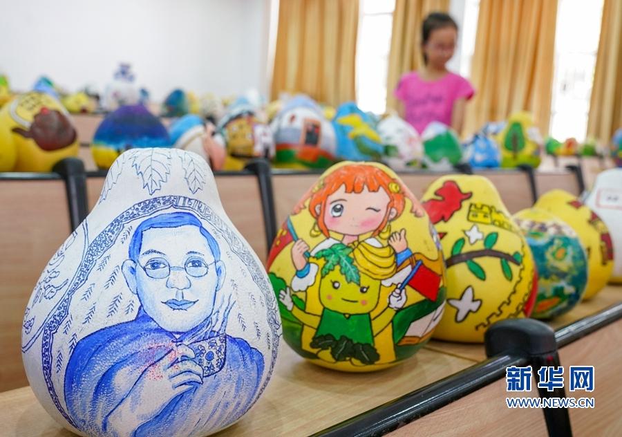 漳州市平和县是世界文化大师林语堂的故乡,一名参赛者在蜜柚上画出林语堂形象。新华网 肖和勇 摄