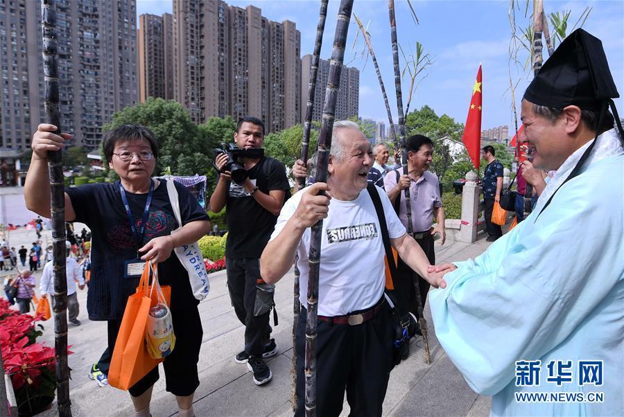 10月7日,老人在福建省闽侯县闽都民俗园参加登高民俗活动。新华社记者 林善传 摄