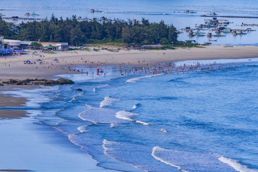 天蓝水碧海湾美,沙白林绿岛礁奇,东山县是全国第六大、澳门太阳城国际省第二大海岛县。肖国和 摄