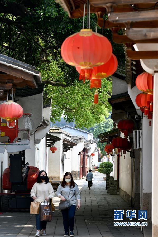 3月22日,游客在福州三坊七巷历史文化街区内游览。新华社记者 姜克红 摄
