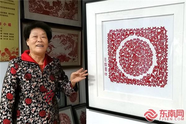 陈秋日创作的《百猫图》,50厘米见方的纸面上分布着100只形象各异、憨状可掬的小猫。东南网记者 陈志远 摄
