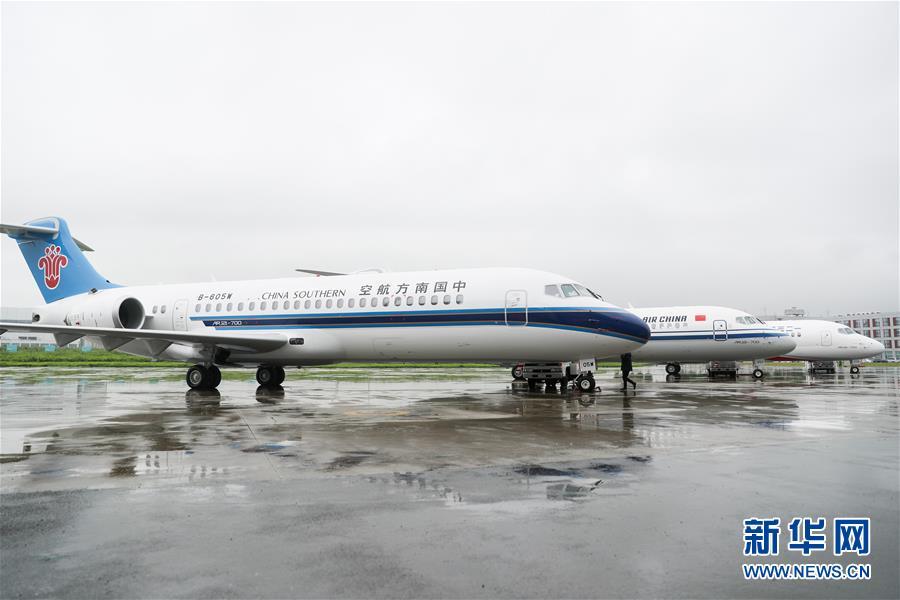 6月28日,三架崭新涂装的国产新支线客机ARJ21飞机停放在中国商用飞机有限责任公司总装基地内。 当日,三架崭新涂装的国产新支线客机ARJ21飞机在位于上海浦东的中国商用飞机有限责任公司总装基地集结,分别交付给国航、东航、南航三大航空公司,标志着ARJ21进入我国主流民航市场。 新华社记者 丁汀 摄