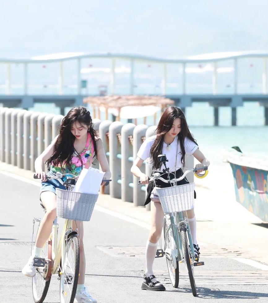 《完美的夏天》吴宣仪杨超越路透照:两人穿短裤海边骑自行车
