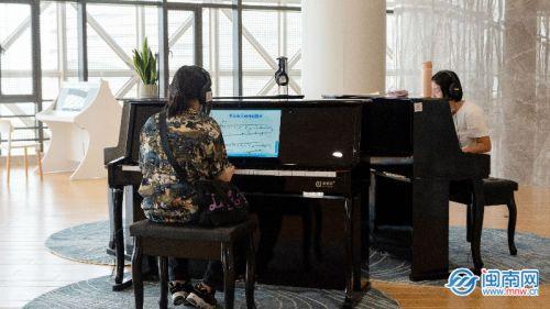 两个年轻姑娘在弹钢琴