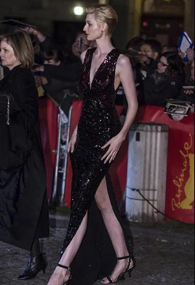 电影信条女主角伊丽莎白·德比齐个人资料美腿写真:身高190