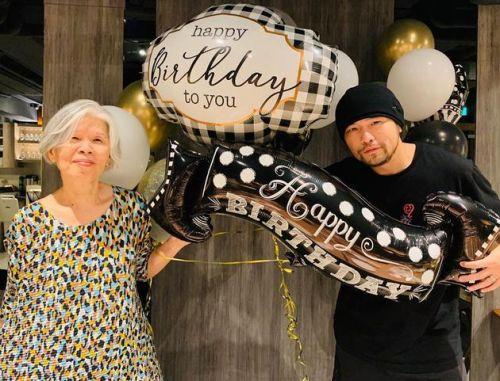 周杰伦晒合照为妈妈庆生 母子共举气球笑容灿烂