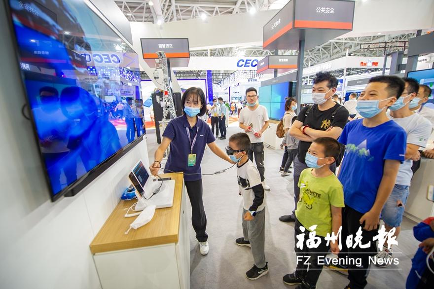 市民在华为展区体验VR游戏。