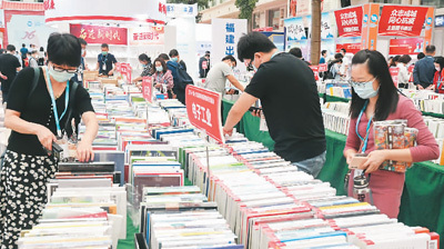 厦门市民在海峡两岸图书交易会主会场挑选心仪的图书。新华社记者 林善传 摄