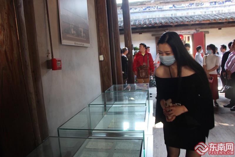 """参观""""两岸家书展"""" 东南网记者 卢金福 摄"""