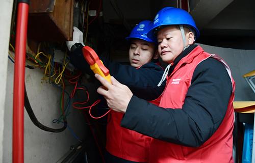 2021年1月1日国网福州供电公司工作人员在河南社区对表下线进行巡查