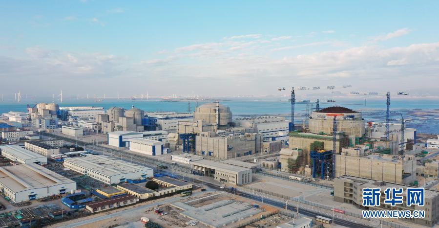 """1月4日拍摄的""""华龙一号""""示范工程福清核电5号机组(左)和6号机组(无人机照片)。新华社发"""