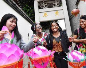 福州:留學生學做蓮花燈感受傳統文化