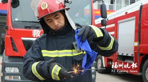 """""""冷烟花""""更安全?消防员进行科普实验告诉你真相"""