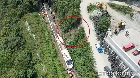 臺鐵出軌現場空拍圖曝光:工程車從10米斜坡溜下 軌跡明顯