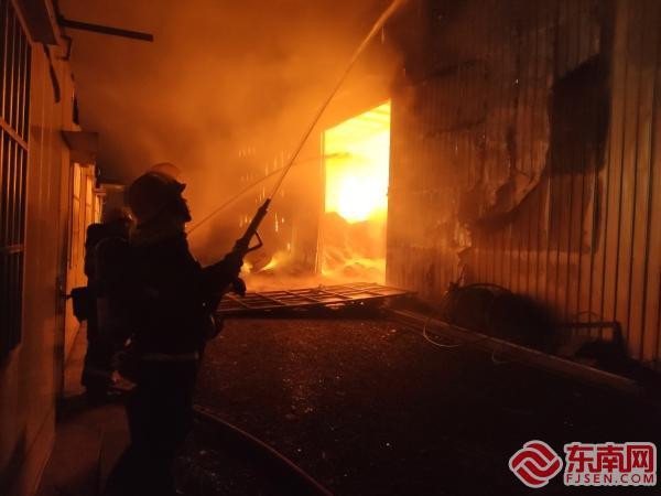 宁德:木材加工仓库起火 消防五个小时紧急扑救