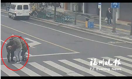 """福州:老人倒在斑马线 两名""""迷彩""""伸援手"""