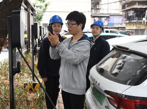 福建福州供电公司员工指导电动车用户使用充电桩充电(陈蒸陈德钧)1