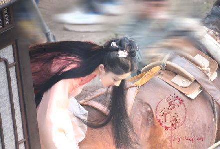 《梦华录》刘亦菲下马车路透照,大秀天鹅颈,颜值重回巅峰