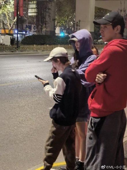 杨幂上海街头被偶遇,与郭敬明同行,一双修长美腿超吸睛