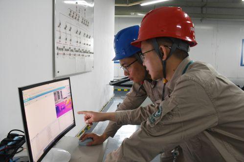 2021年4月22日福建福州供电公司员工在福州海峡会展中心8号配电房内部署调试机器人
