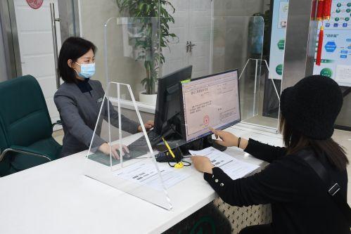 用户在鼓楼供电营业厅内使用政企平台办理用电业务