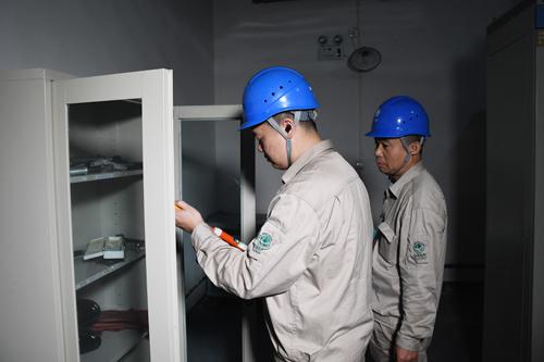2021年5月1日福建福州供电公司员工在福州鼓楼恒力商业中心用户配电房进行巡查确保五一期间供电可靠(陈蒸陈德钧)2