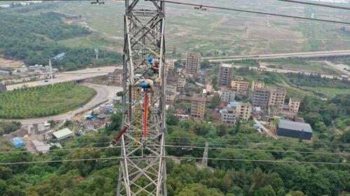 2021年6月8日福建福州供电公司线路检修人员在连江县官岭村对220kV浦港线41塔破裂的中相合成绝缘子进行带电更换(陈蒸陈德钧)1