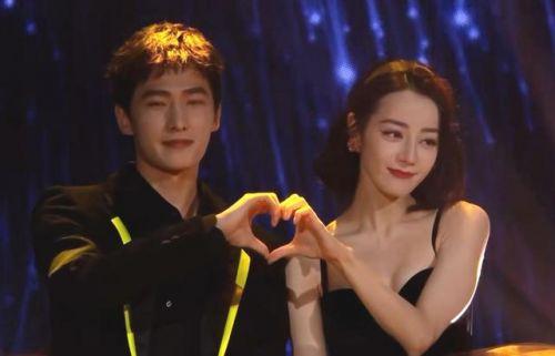 你是我的荣耀见面会现场图:荣耀夫妇杨洋迪丽热巴同台比心,甜度超标