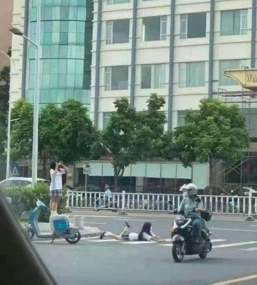 广东河源JK少女躺斑马线拍照行为实在太危险 网友:请勿模仿