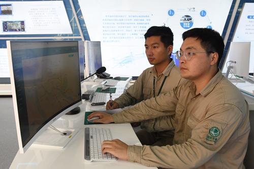 国网福州供电公司输电运维人员在该公司输电智能监控中心内远程规划无人机巡检航路(陈蒸陈德钧)